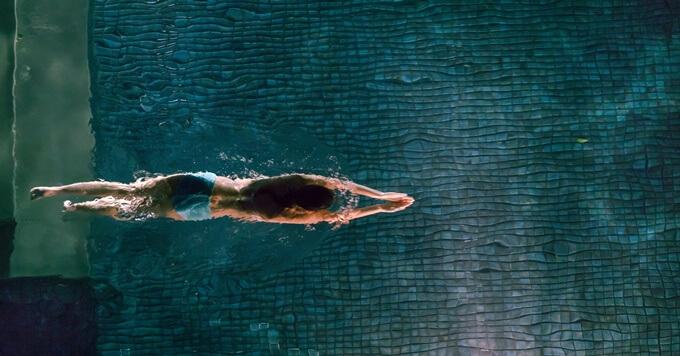 Devojka u bazenu