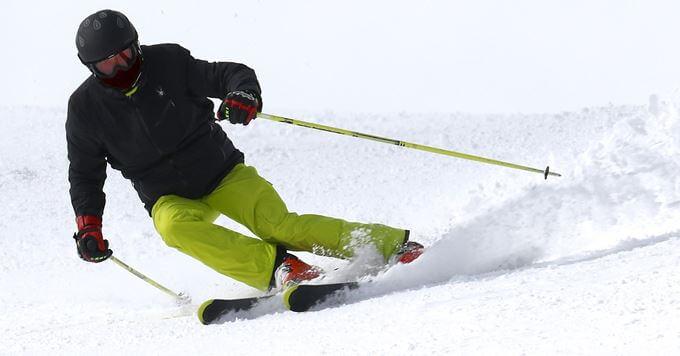 Skijaš na snegu