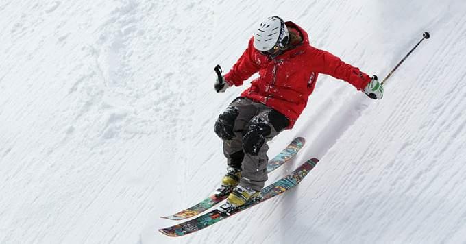 Skijaš se spušta