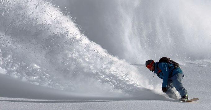 Snowboarder se spušta