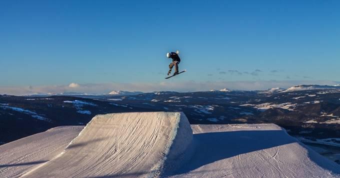 Decko skija na stazi