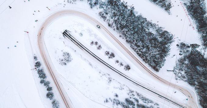 Ski centar prekriven snegom
