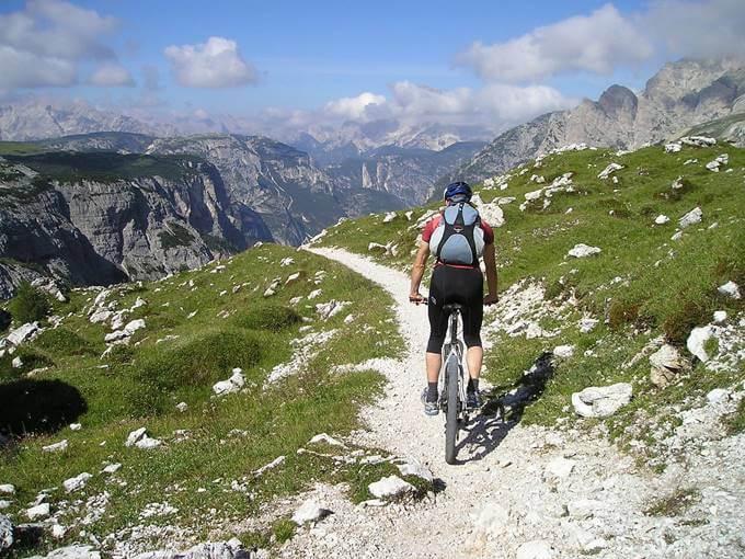 Planinski biciklizam uz pejzaž