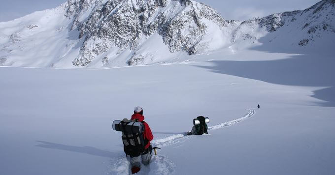 Skijasi skijaju po dubokom snegu