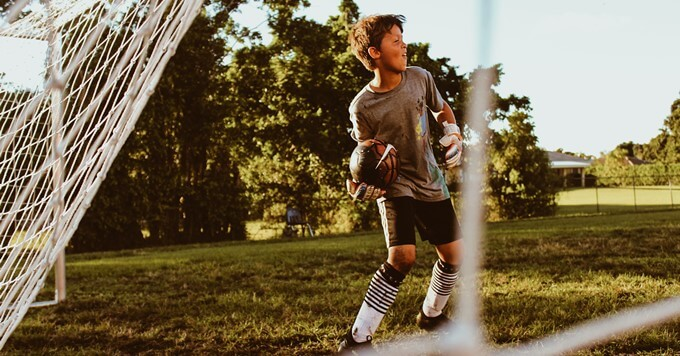 Dečak na fudbalskom terenu