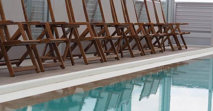 stolice pored bazena