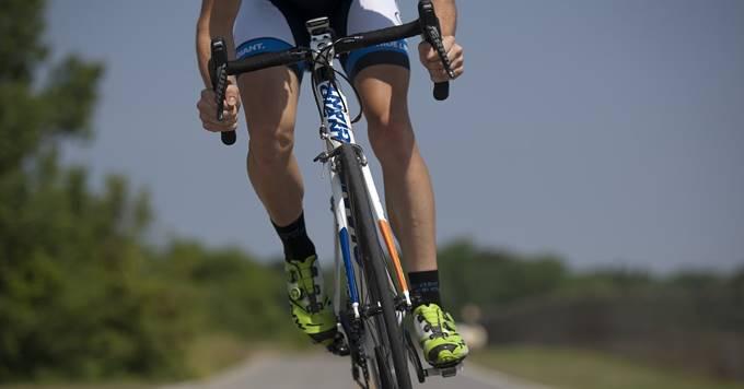 biciklista vozi u prirodi