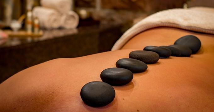 Masaža - vruće kamenje na leđima